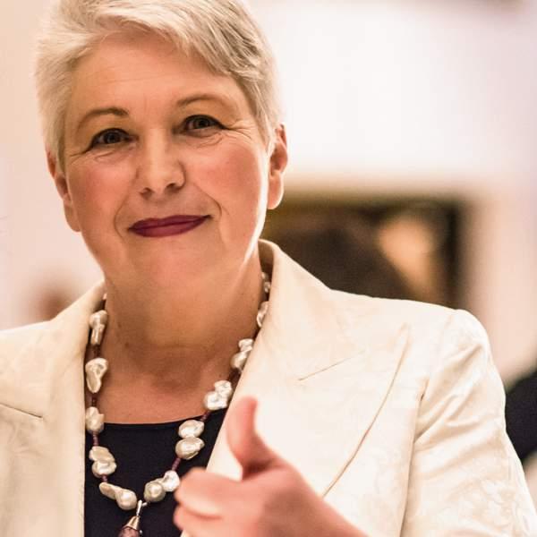 Kommunikation, Speaker, Keynote - Eva-Maria Popp - die Frau, die glücklich macht in Wirtschaft, Gesellschaft, Soziales