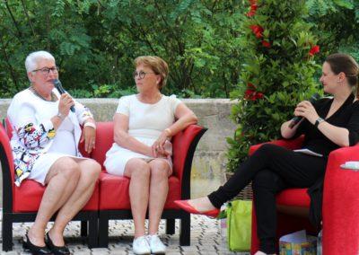 Rotes Sofa Frauenwerk Stein